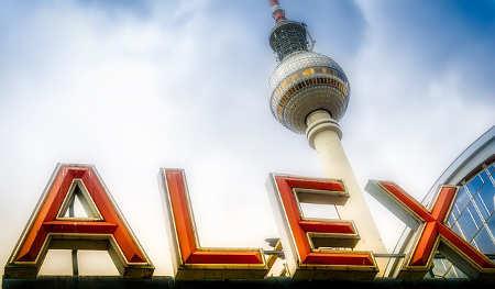Blick zum Fernsehturm vom Alexanderplatz in Berlin aus