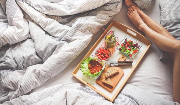 Frühstück im Bett genießen am Valentinstag