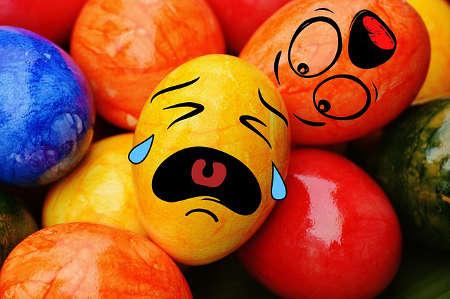 Witzige Emojis und Smileys in Form von Ostereiern