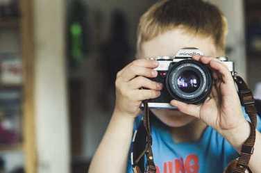 Kind macht Fotos