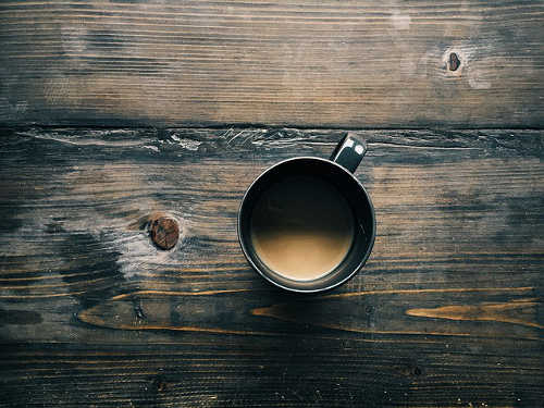 Tasse Kaffee auf Holztisch