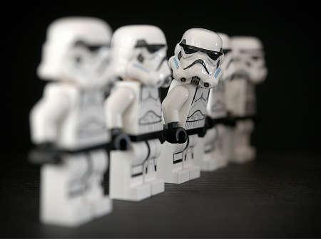 Star Wars Stormtrooper guckt nach rechts witzig