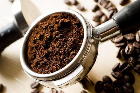 Gemahlener Kaffee für Espresso im Siebdruckträger