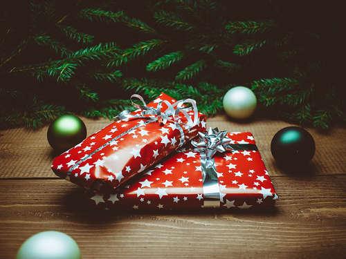 Weihnachtsgeschenke unter dem Weihnachtsbaum bringen Freude