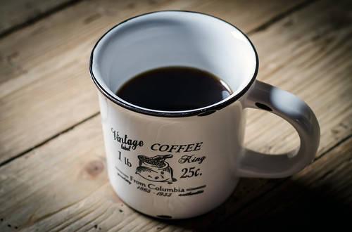 Tasse mit Cold Brew Kaffee