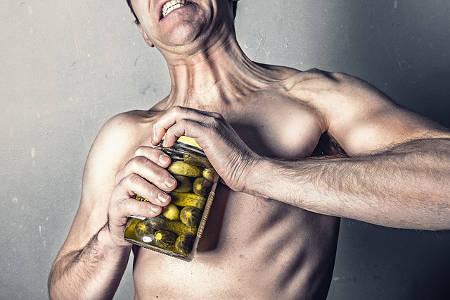 Ein Mann strengt sich sehr an, lustiges Bild