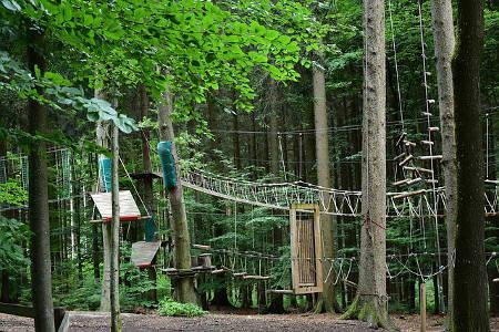 Klettern im Hochseilgarten ist ein tolles Erlebnisgeschenk für Groß und Klein